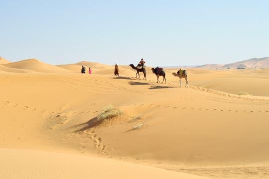Paisaje de ensueño. Una caravana ingresa en las dunas de Erg Chebbi: punto de partida de un itinerario sorprendente. Foto: Aniko Villalba