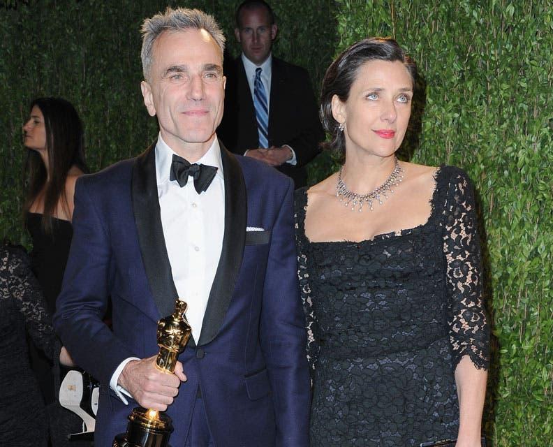Un sobrio Daniel Day Lewis se mostró inseparable de su esposa, a quien le dedicó su tercer Oscar al mejor actor. Foto: /Getty Images