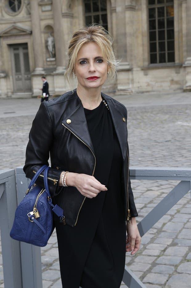 Isabella Ferrari, la actriz y modelo italiana, le da unos toques de color a su atuendo con la cartera en azul eléctrico de Louis Vouitton y los labios en rojo. Foto: Gentileza Brandy PR