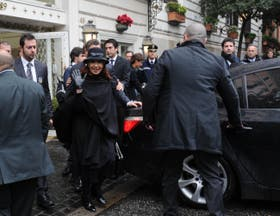 Cristina Kirchner sale del hotel Eden durante su visita a Roma