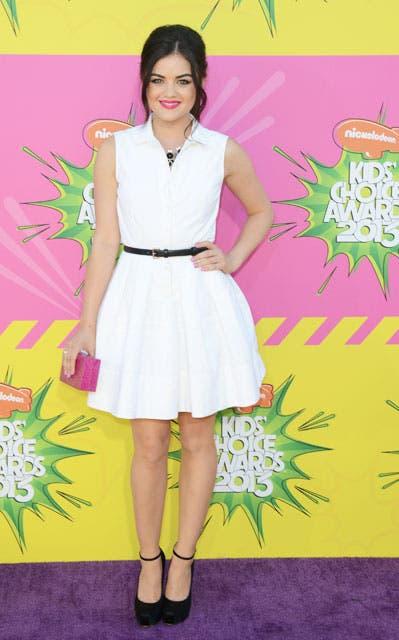 Lucy Hale, actriz de la serie Pretty Little Liars, de blanco con cinto negro. Foto: /AP