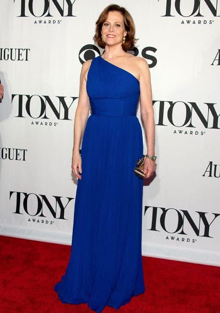 Sigourney Weaver deslumbró con un vestido azul Máxima, última moda desde la entronización de la reina de Holanda. Foto: /Getty Images