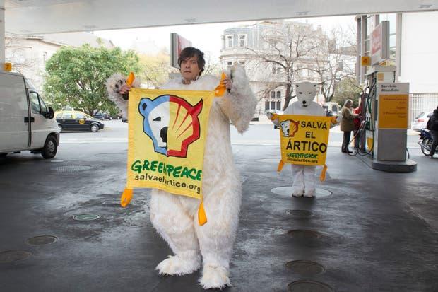 El conductor se vistió de oso polar para ayudar a conscientizar