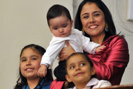 Nadine Herrera, la mujer de Ollanta Humala, y sus tres hijos. Foto: Archivo