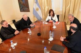 Los obispos Sucunza, Arancedo y Eguía Seguí, el jueves último, con la Presidenta y Guillermo Oliveri