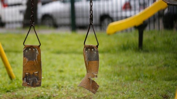 Polideportivo Pereyra. Los juegos para chicos están en mal estado; también los baños, ?la cancha de fútbol, con la alfombra levantada y rota, y los alambrados perimetrales