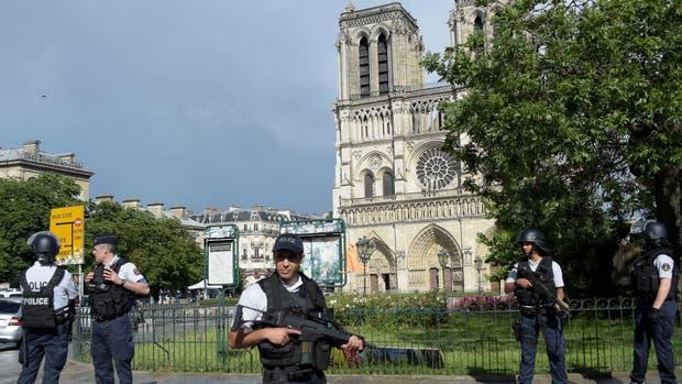 Un hombre atacó a un policía con un martillo en Notre Dame
