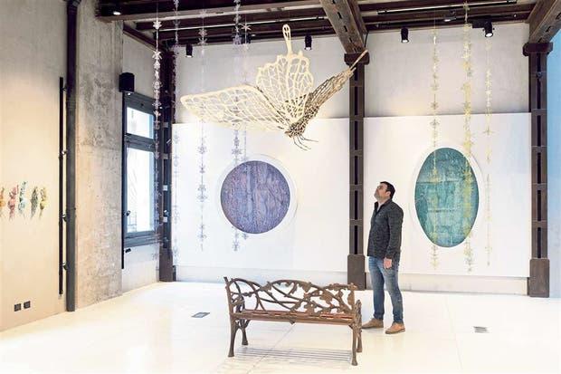 El artista Andrés Paredes en la sala de Calvaresi donde muestra a sus últimas creaciones