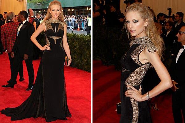 Vestida por J. Mendel, Taylor Swift eligió un look de negro, con recortes, transparencias y brillo. Foto: AP, AFP y Reuters