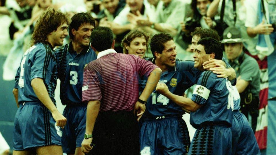 21-6-1994: festejo del gol secundado por Batistuta, Chamot, Caniggia y Simeone.. Foto: LA NACION / Francisco Pizarro