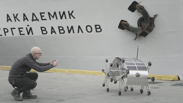 Joaquín Fargas y su robot solar, ayer, antes de zarpar