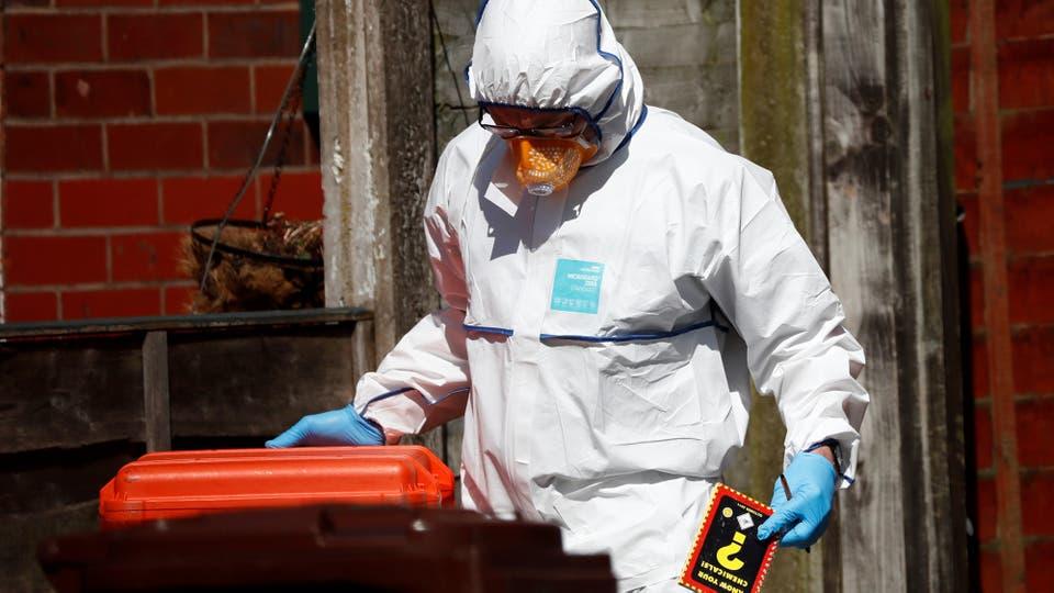 Un policía controla elementos sospechosos en las calles. Foto: Reuters