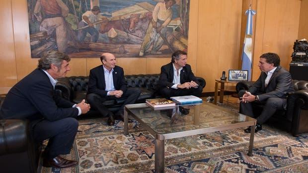 Nicolás Dujovne, Luis Miguel Etchevehere, Nicolás Pino y Martín Goldstein, hoy, en el Palacio de Hacienda