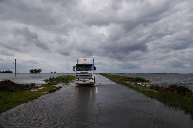 El agua cruza la ruta 226, cerca de Villegas