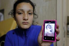 Eva muestra la foto de su hijo, Luca, en terapia intensiva