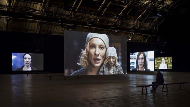 En primer plano, el rostro de Blanchett que cita al pop art, en el montaje neoyorquino