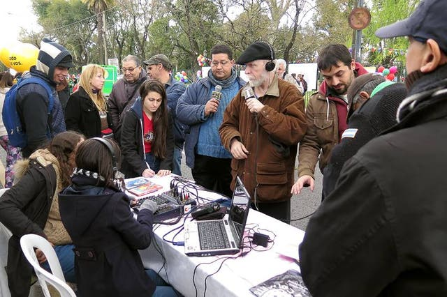 Integrantes de La Colifata, en plena transmisión del programa