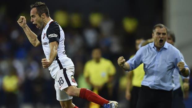Aguirre y el eufórico festejo por el gol de Belluschi ante Emelec, por la Copa Libertadores