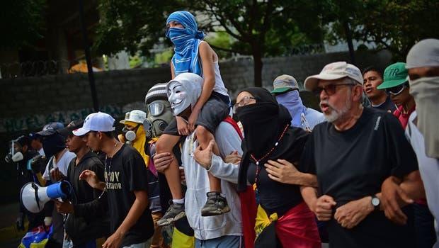 La instalación de la Constituyente dio lugar ayer a nuevas protestas de la oposición frente al palacio judicial