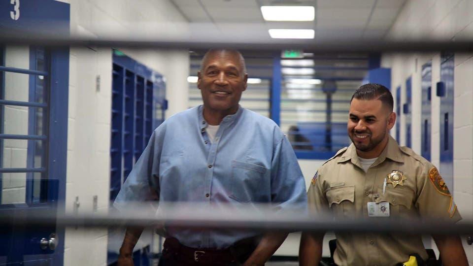 Conceden la libertad condicional a O. J. Simpson tras nueve años en prisión.
