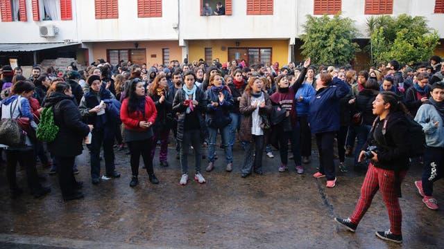 En la puerta de la fábrica trabajadores despedidos esperan en la puerta de la empresa