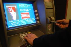 En los primeros seis meses del año el retiro de dólares en Uruguay por parte de los argentinos a través de los cajeros automáticos aumentó considerablemente