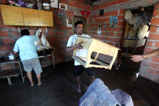 Los vecinos sacan las pertenencias de adentro de sus casas. Foto: LA NACION / Ricardo Pristupluk