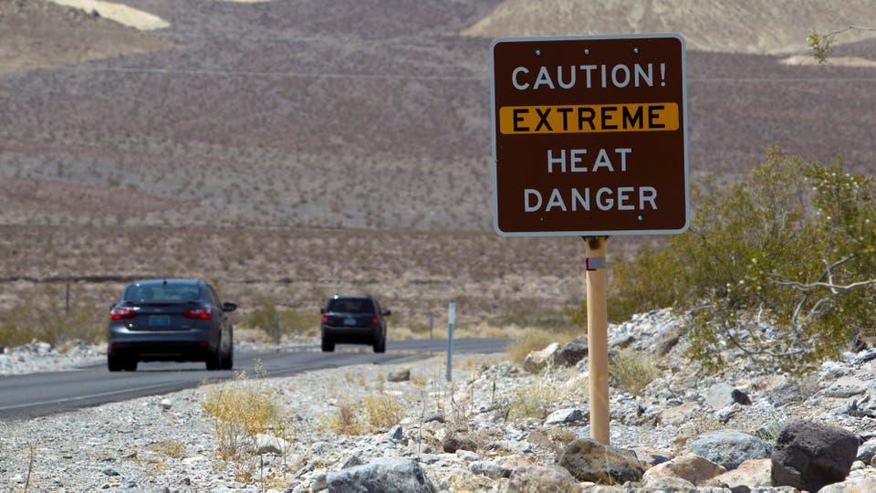 Una señal advierte del calor extremo mientras que los turistas entran al Parque Nacional del Valle de la Muerte en California en donde las temperaturas llegaron a los 53 grados. Foto: Reuters