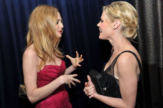 Heather Graham y Julie Bowen hablan entretenidas en un evento en el Centro Gay y Lésbico de Beverly Hills. Foto: AP