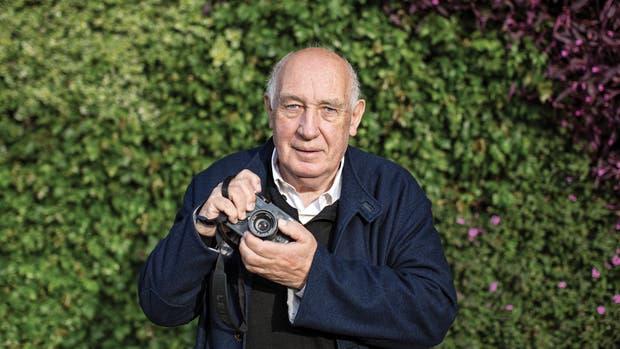 Depardon, con su compañera de aventuras: la cámara Leica.
