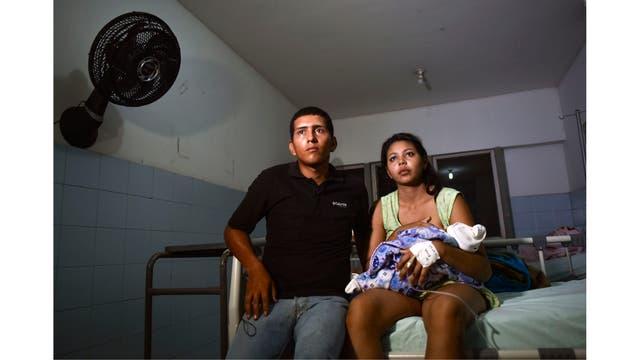 La venezolana Brecia Triago amamanta a su recién nacido junto a su esposo José Luis Gonzales en el Hospital Universitario Erasmo Meoz de Cucuta