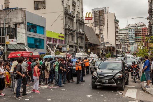 """Los manteros reclaman al gobierno de la Ciudad un lugar para instalar sus puestos, reclamando """"el derecho al trabajo"""". Foto: LA NACION / Fernando Massobrio"""