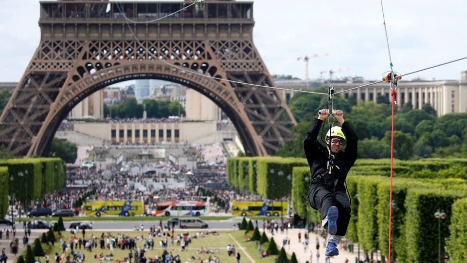 Una tirolesa a 110 metros de altura fue colocada en la Torre Eiffel,en su segundo piso, tiene un recorrido de 800 metros y forma parte de un evento gratuito que durará haste el 11 de junio. Foto: Reuters / Charles Platiau