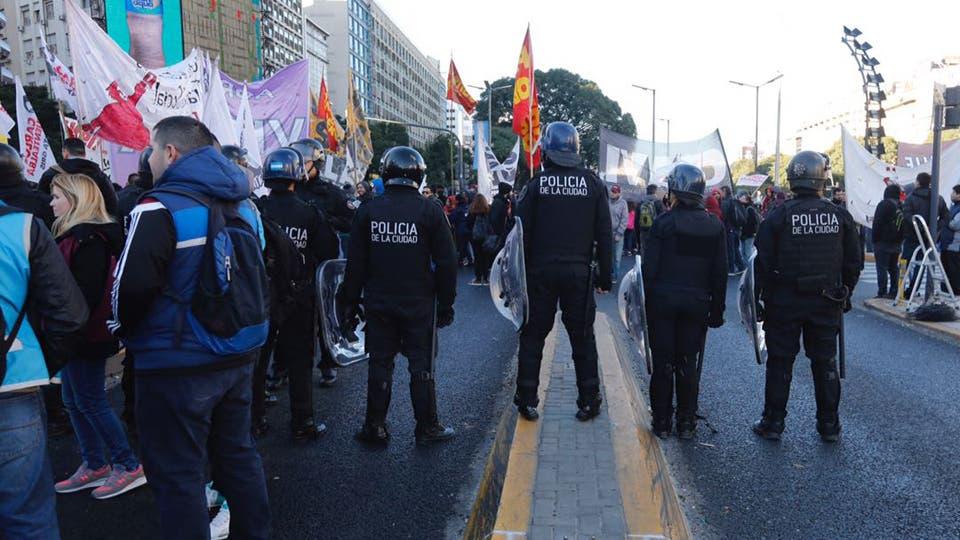 """En la protesta los """"acompañan organizaciones sindicales, centros de estudiantes, organizaciones sociales, de derechos humanos y políticas"""". Foto: LA NACION / Emiliano Lasalvia"""