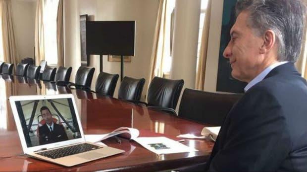 Macri, esta mañana, en teleconferencia con el capitán de navío Ignacio Errecaborde