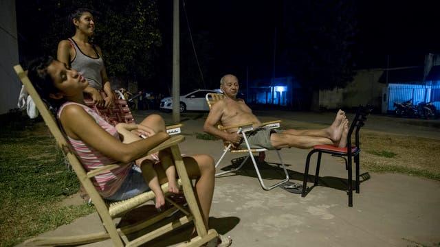 Por las noches las calles se pueblan de familias en busca de aire fresco. Foto: LA NACION / Santiago Filipuzzi