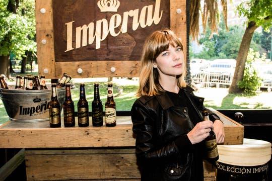 Laura Laprida disfrutó una Imperial Lager en el stand de La Dolfina.