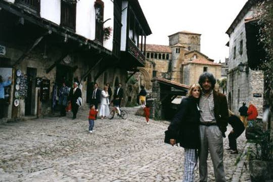 Con su esposa, María Verónica Ramírez en Santillana del Mar (España), 1999.. Foto: www.caloi.com.ar