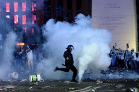 Hordas de encapuchados se enfrentaron anoche con la policía y destruyeron locales comerciales durante los festejos por el subcampeonato