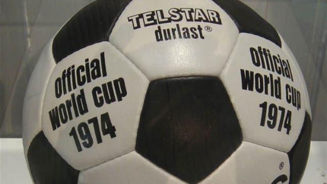 1974, Alemania: Telstar Durlast fue un modelo similar a México, con blancos negros y blancos. Foto: Archivo