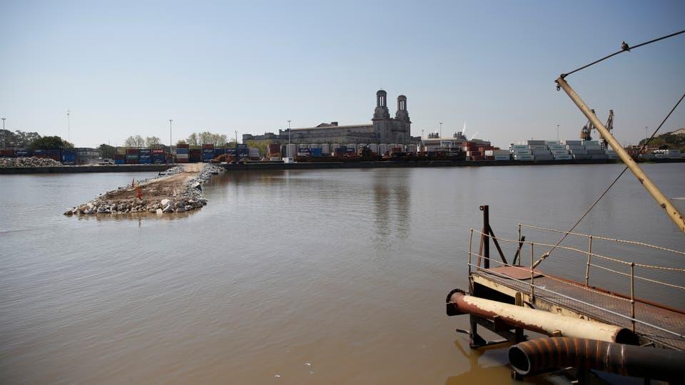 Muchos de los edificios que parecen abandonados, son en realidad silos que aún funcionan, por lo que tirarlos abajo no es una opción. Foto: LA NACION / Silvana Colombo