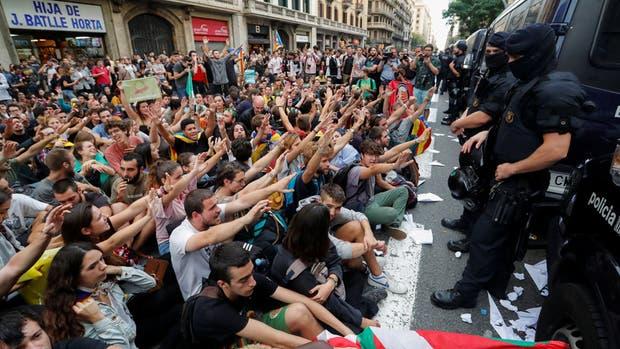 Los manifestantes reclaman que los efectivos enviados por el gobierno de Rajoy se retiren