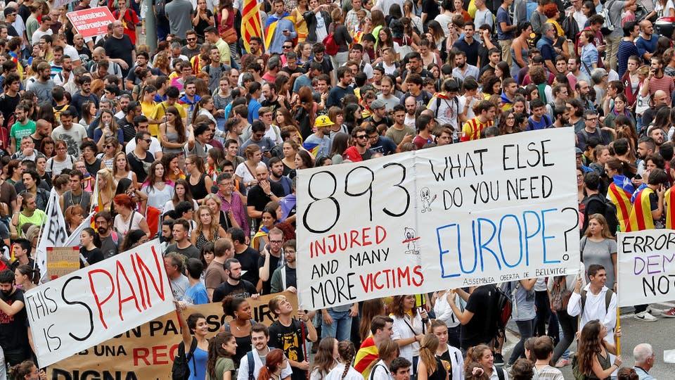 Manifestantes con baderas colmaron las calles de Barcelona. Foto: Reuters / Yves Herman