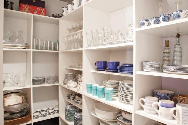 en un cuarto de x m se construy una despensa muy rendidora los estantes de melamina blanca tienen diferentes alturas algunos estantes para with estantes
