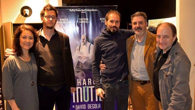 David Desola, junto al elenco y el director de Un charco inútil