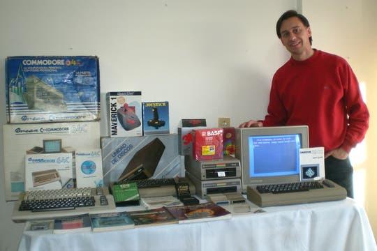 Diego Chiacchio, de Homecomputer.com.ar, junto a su colección de equipos y accesorios Commodore.
