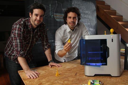 Santiago Testorelli y Maximiliano Bertotto, creadores de la impresora 3D nacional. Foto: LA NACION / Guadalupe Aizaga