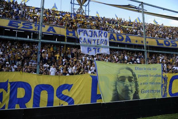 La imagen de la bandera dedicada a Cantero, en la hinchada de Central