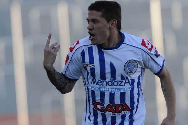 José Luis Fernández festeja el primer tanto del equipo mendocino