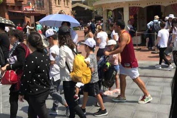 Tevez en su recorrida en el Disney de Shanghai